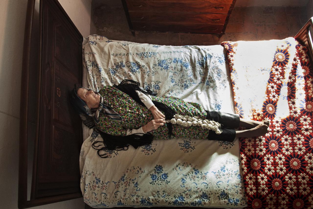 Toscana, Sorano (Grosseto) / La signora Carla La vita media di una donna in Italia è di 84,5 anni. In Europa solo le donne francesi e spagnole vivono più a lungo.E il naufragar l'è così dolce in codesto mare